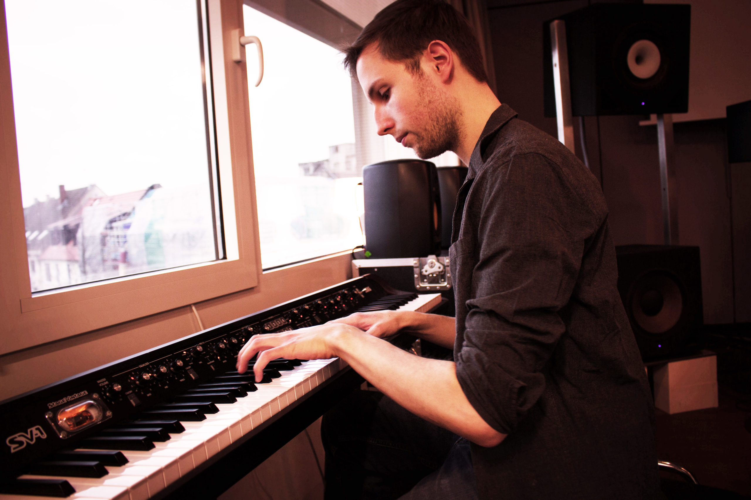 https://timojaegermusic.com/wp-content/uploads/2021/07/Timo-piano-links-scaled.jpg